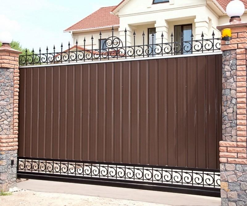 забор из профлиста с кованными элементами фото